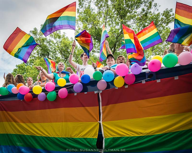 Regnbågsflaggor och ballonger på lastbilsflak