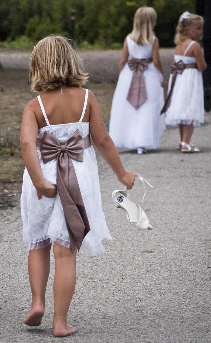 Tre flickor i vita klänningar
