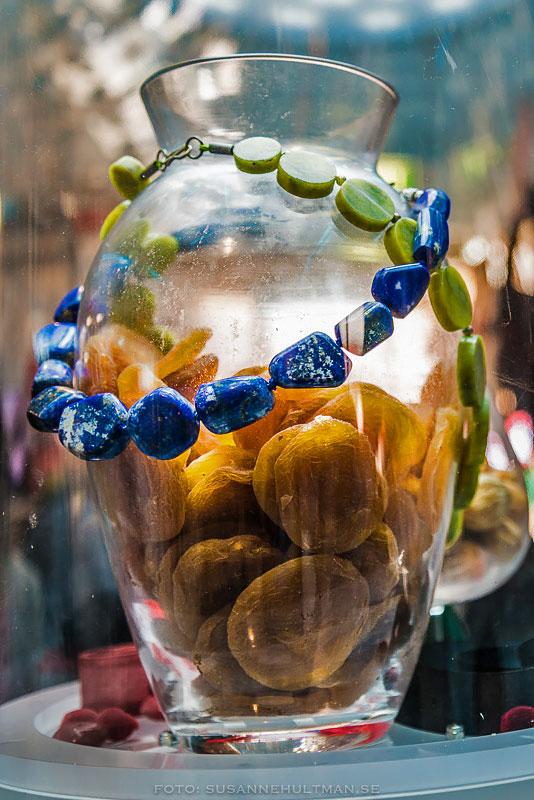 Glaskrus med aprikoser, lapis lazuli.