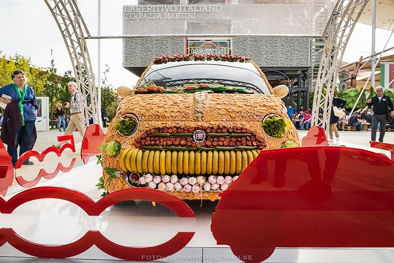 Fiatbil täckt med frukt och grönsaker