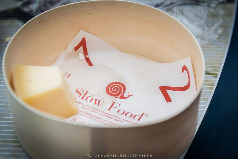 """Burk med ostbit och texten """"Slow Food"""""""