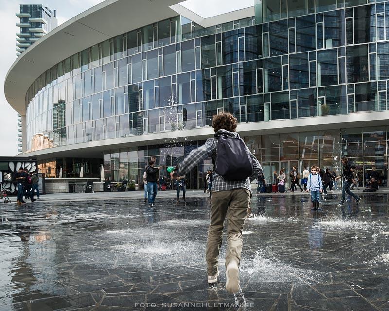Springande pojke vid fontän