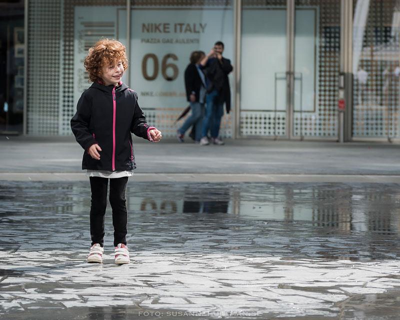 Flicka på piazzan