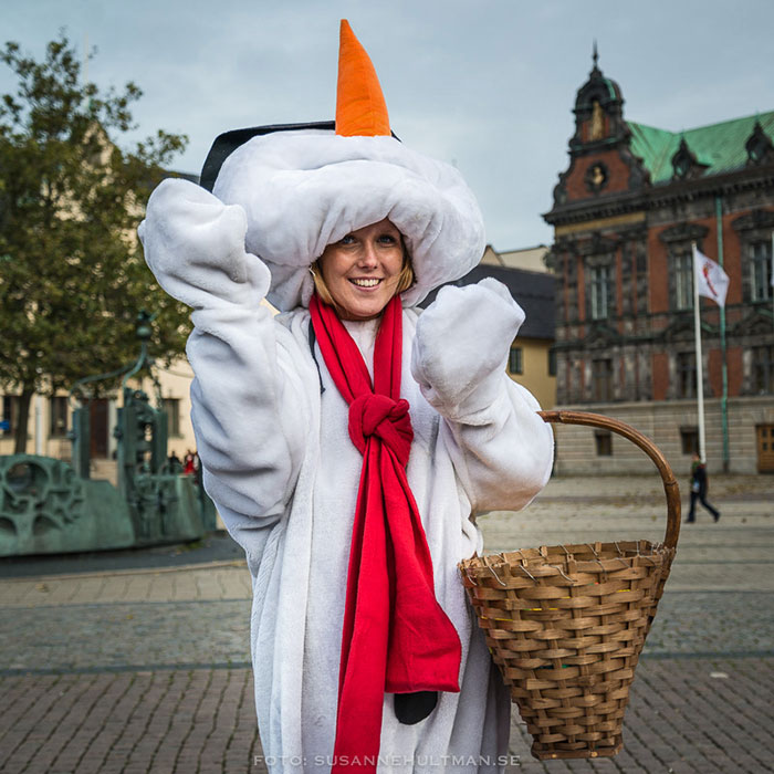 Kvinna utklädd till snögubbe