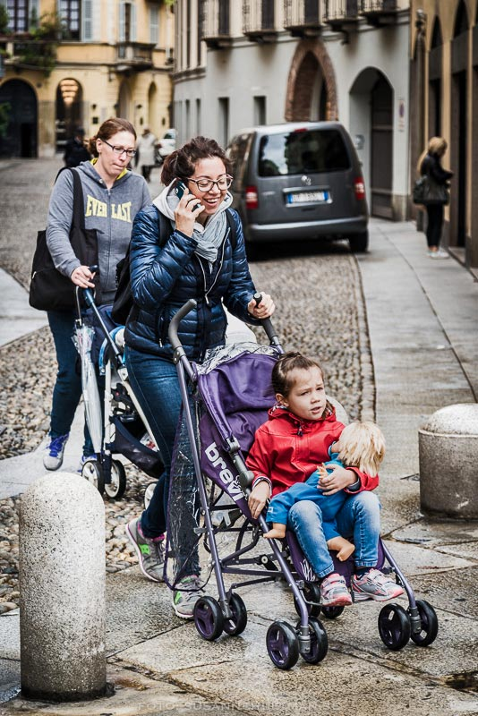 Två kvinnor med barnvagnar