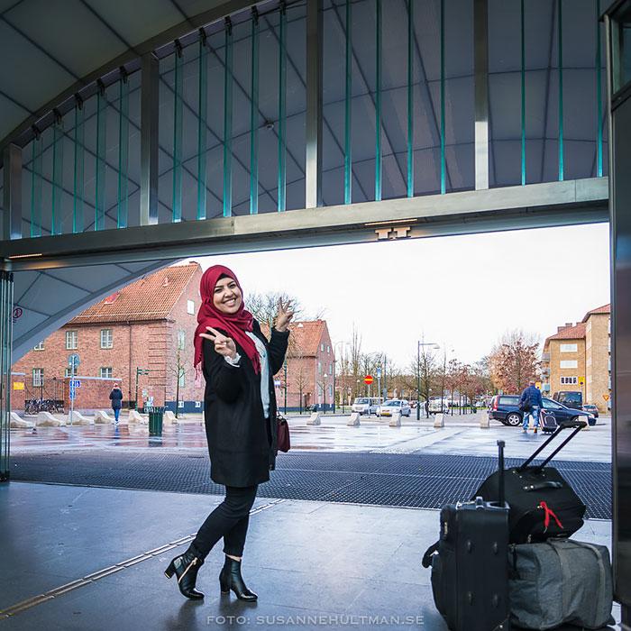 Glad tjej med väskor