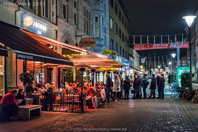 Restaurang i kvällsljus