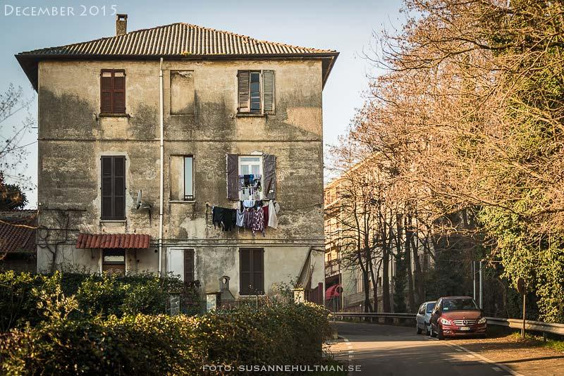 Gammalt hus med tvätt hängande ut från fönster