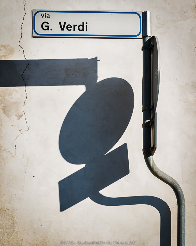 Gatuskylt med skugga