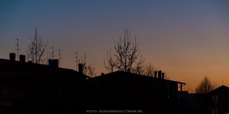 Hussilhuetter i solnedgång