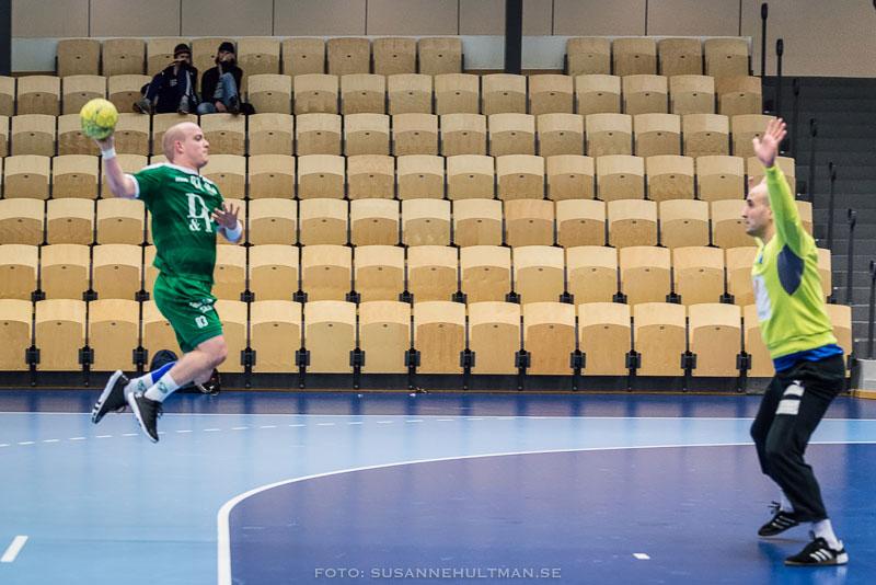 Handbollsspelare skjuter mot mål