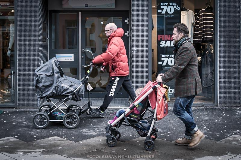 Två pappor med barnvagnar
