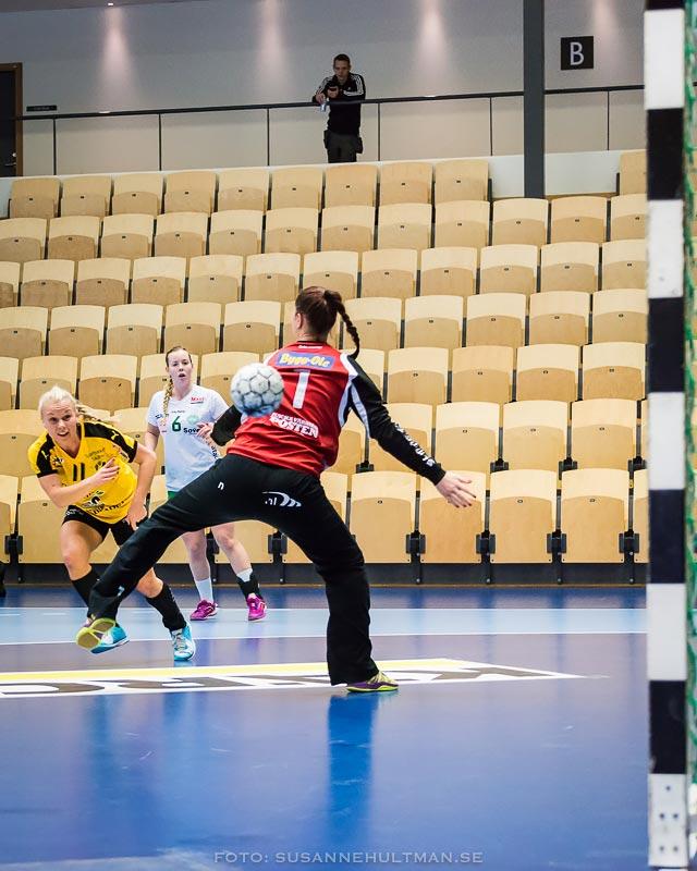 Ida Kellokoski-Adamssons boll går förbi Skurus målvakt.