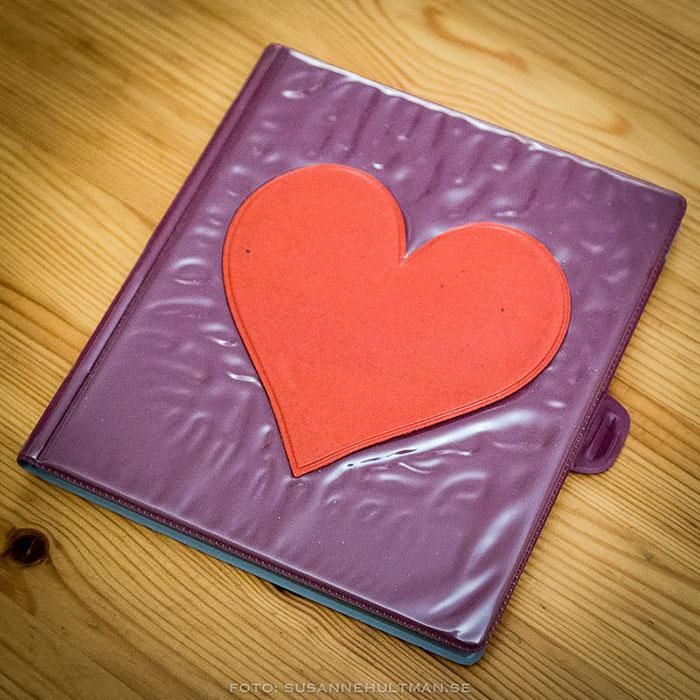 Lila dagbok med rött hjärta
