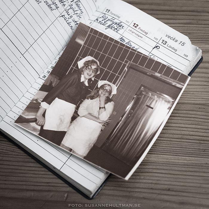 Gammalt foto ovanpå en uppslagen fickkalender