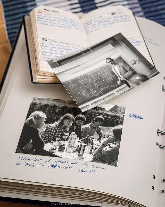 Svartvit foton och en kalender