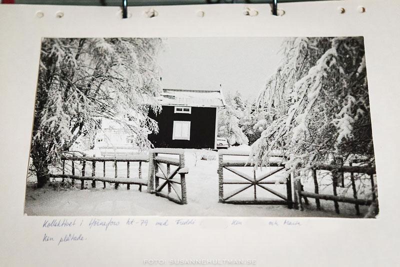 Svartvitt foto på huset i Hörnefors med mycket snö