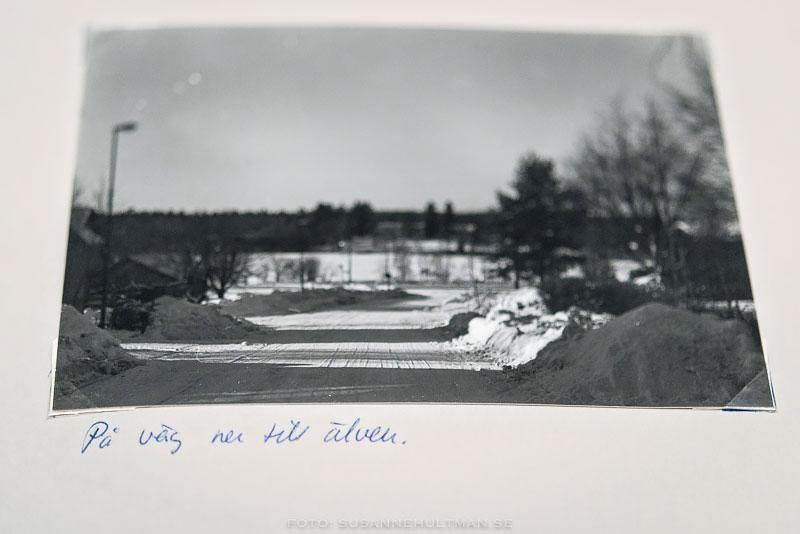 Svartvitt foto av vägen mot Umeälven