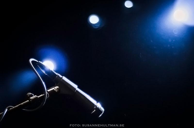 Mikrofon i mörkblå omgivning