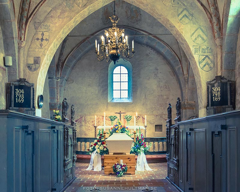 Kista med blommor inne i kyrkan