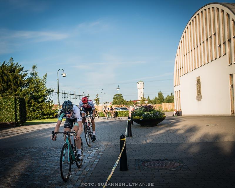 Tävlingscyklister vid medborgarhuset