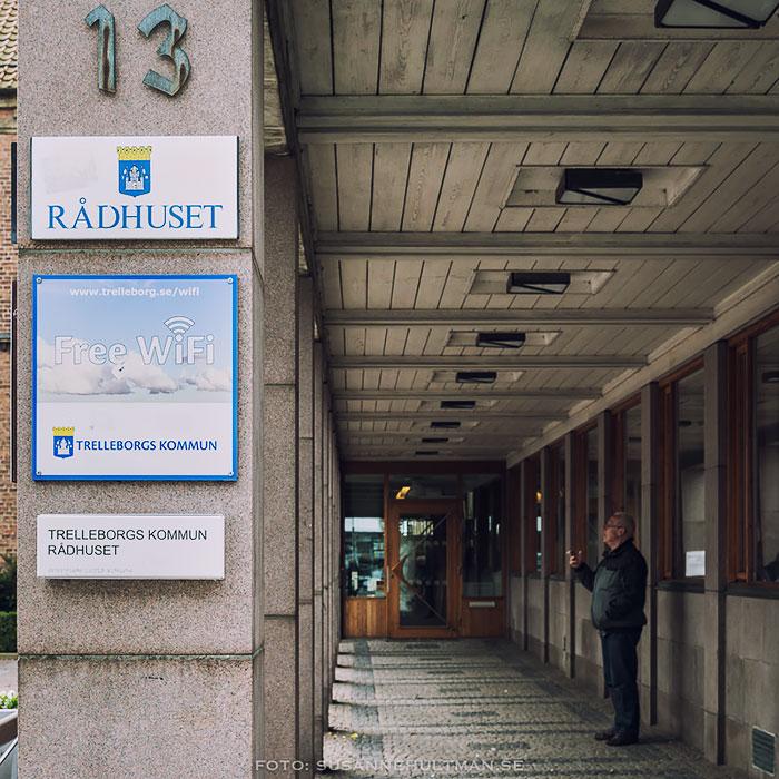 Skyltar vid Trelleborgs rådhus