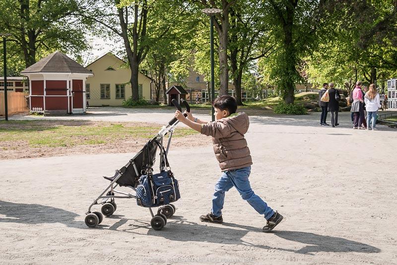 Pojke kör barnvagn