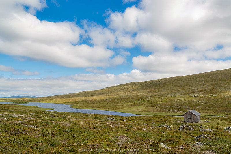 Ensam stuga och blå himmel