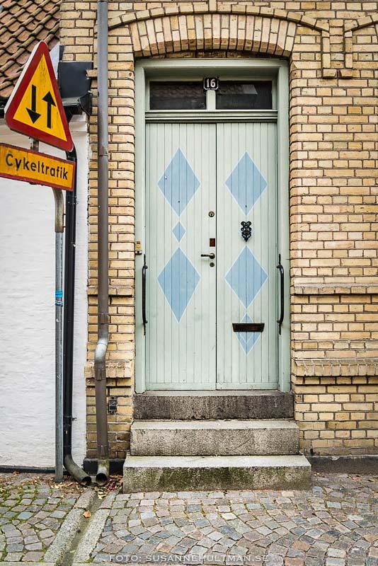 Blå dörr med romber