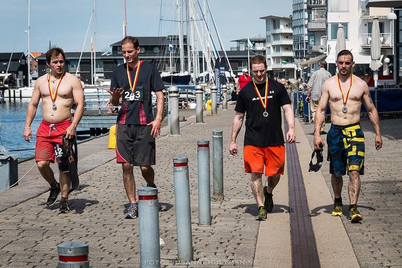 Fyra killar med medaljer