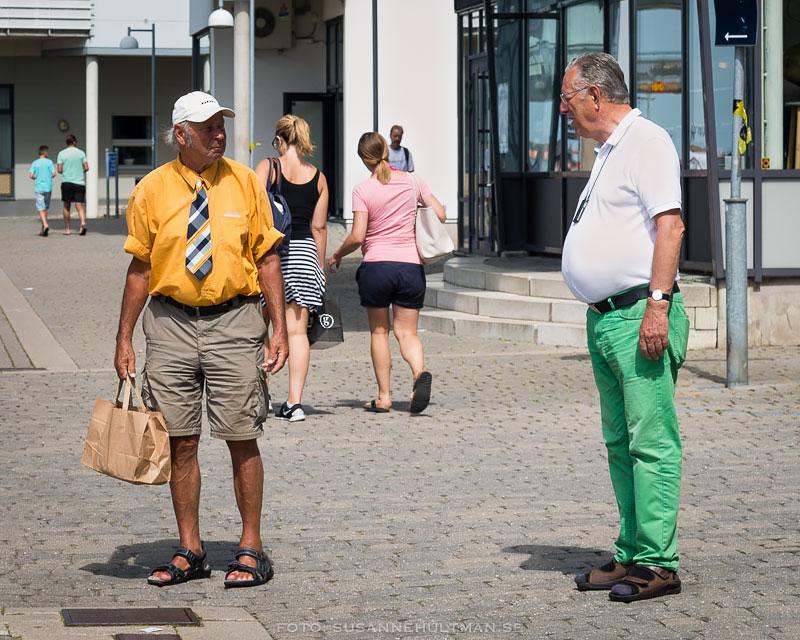 Man i gul skjorta och en annan man i gröna byxor