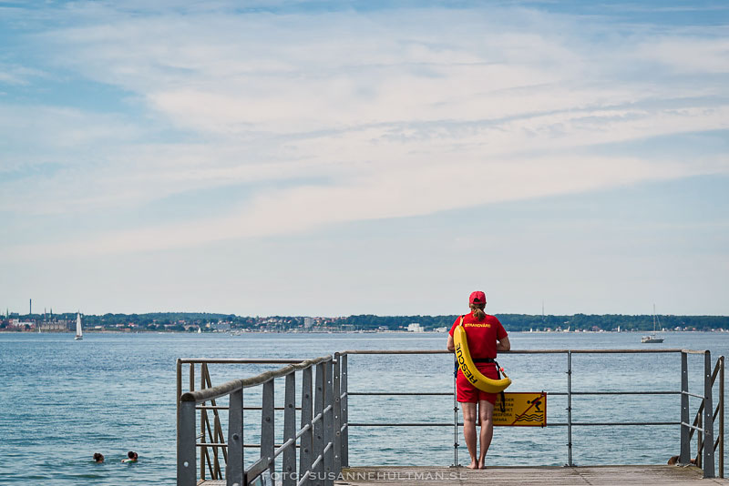 Badvakt spanar ut mot havet