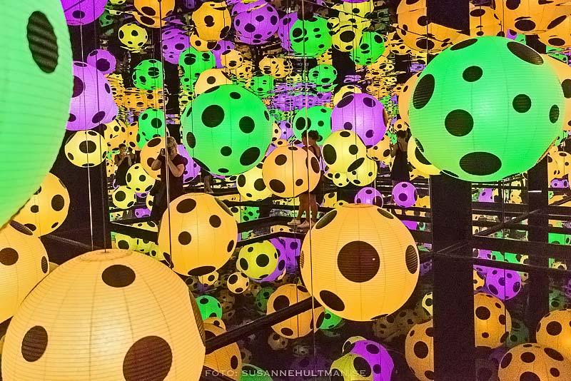 Färggranna, prickiga bollar där jag speglas.