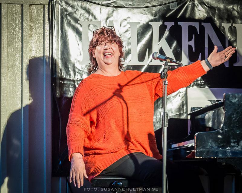 Liane Carrol vid pianot