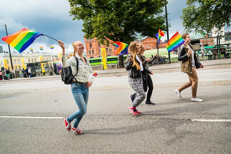 Springande med regnbågsflaggan