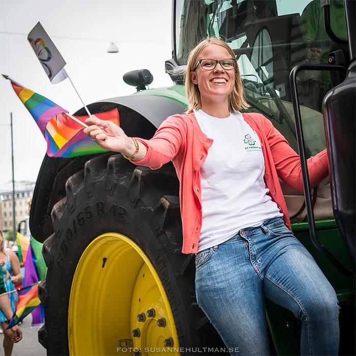 Med regnbågsflagga och traktor