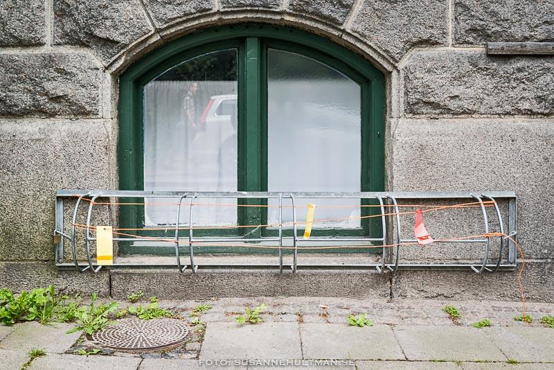 Cykelställ framför fönster