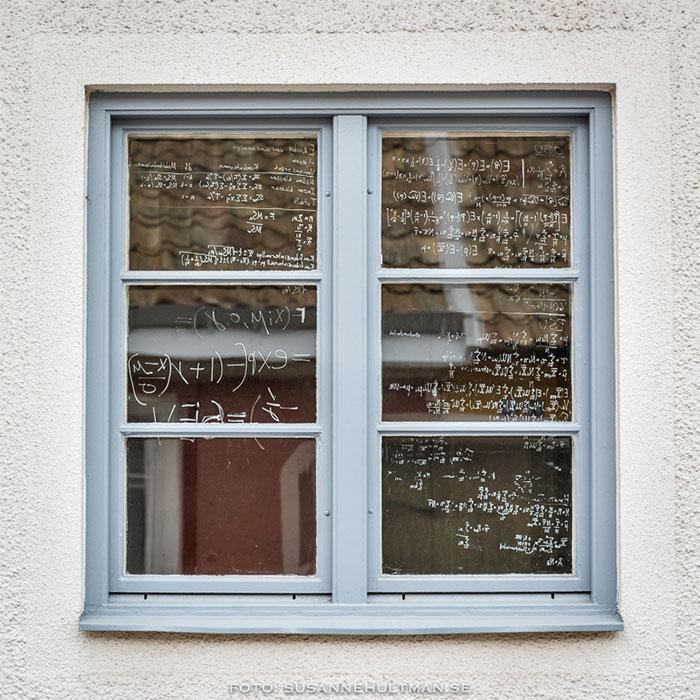 Fönster med matematiska formler.