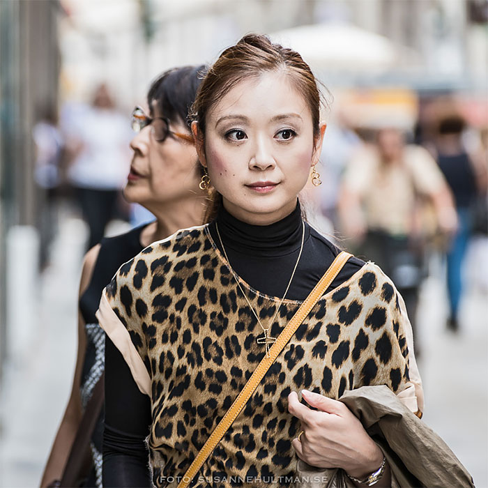 Kvinna i leopardmönstrad t-shirt.