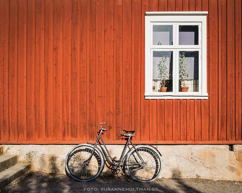 Cykel vid röd vägg