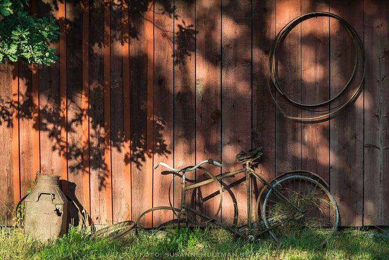 Trasig cykel vid röd vägg