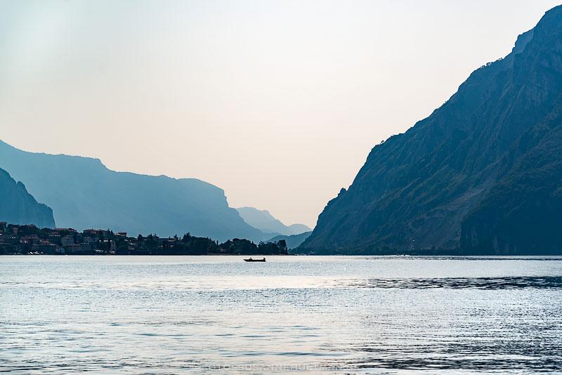 Comosjön med delar av Alperna i bakgrunden