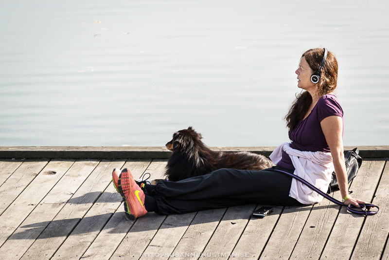 Kvinna med hund på brygga