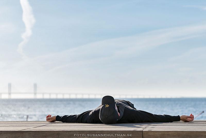 Man som ligger på kaj i Västra hamnen