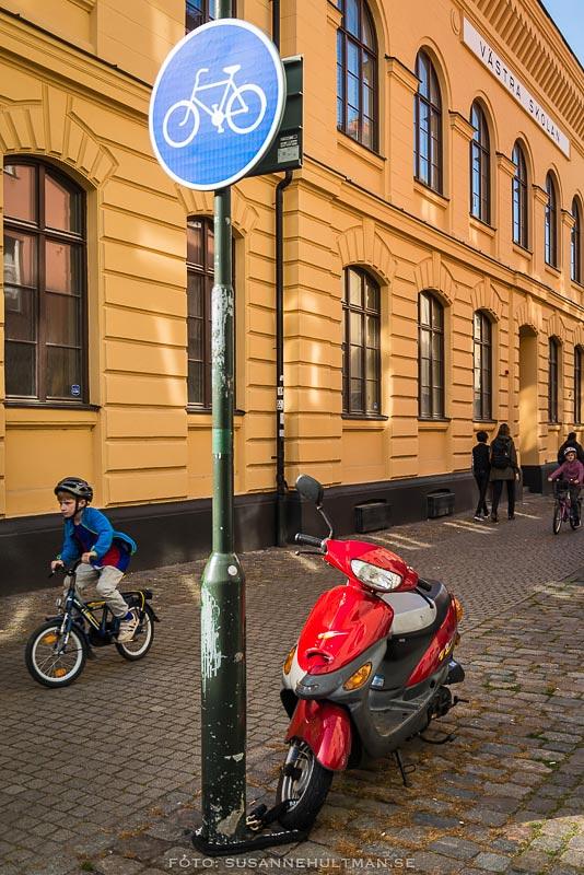 Cykelbana med vespa och cyklister