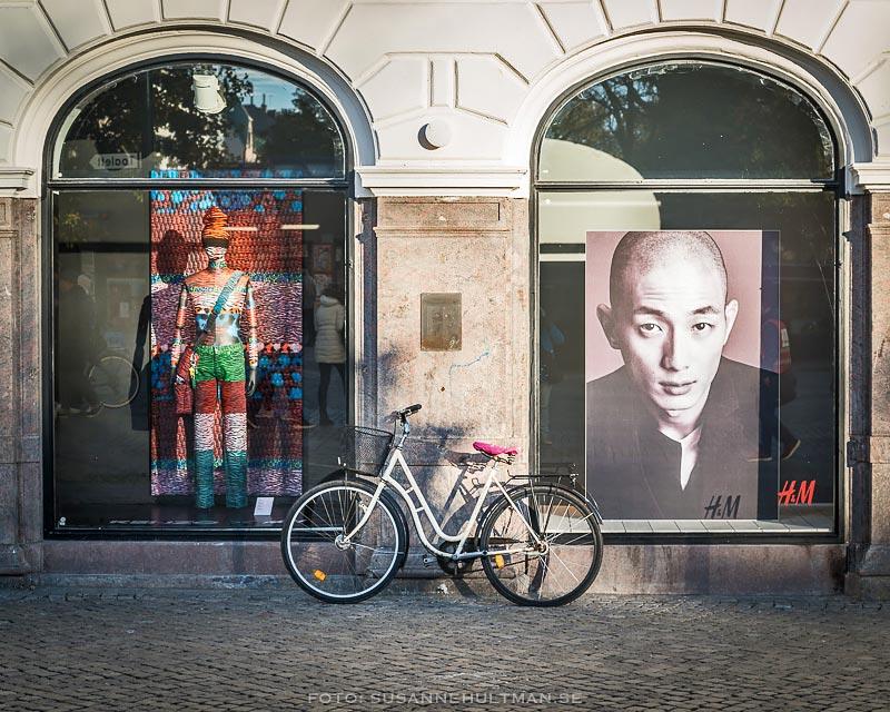Cykel mellan två skyltfönster