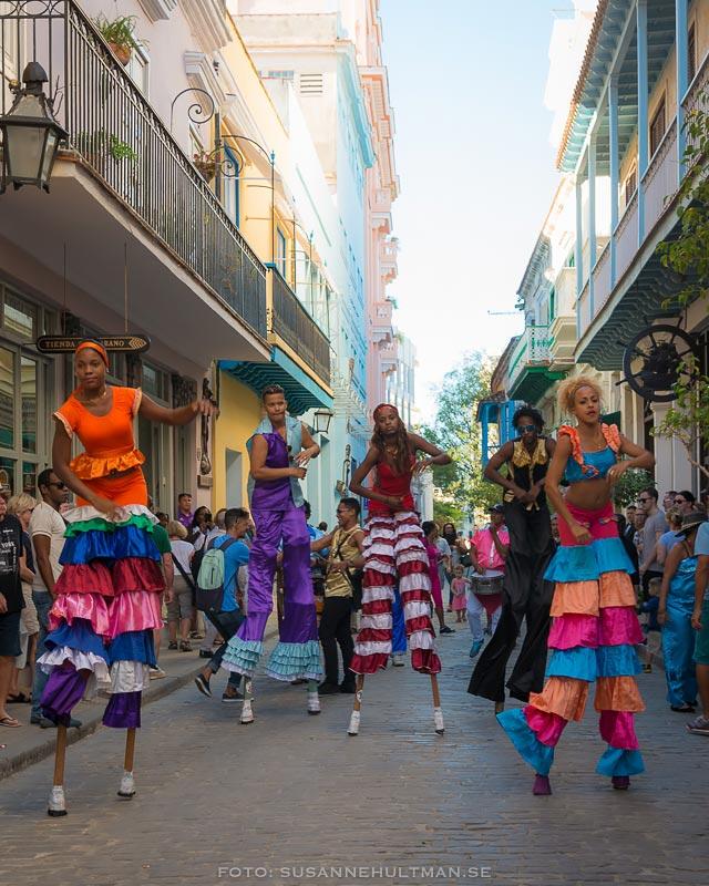 Utklädda kubaner på styltor