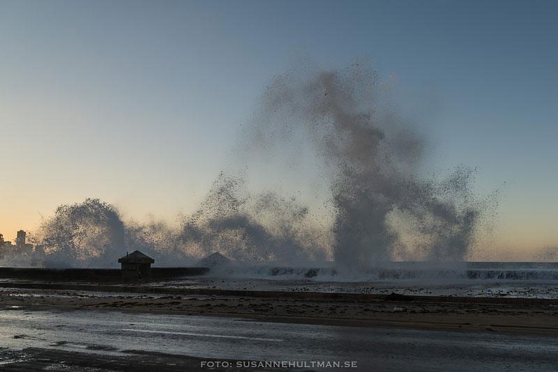 Vågor slår över hamnkanten