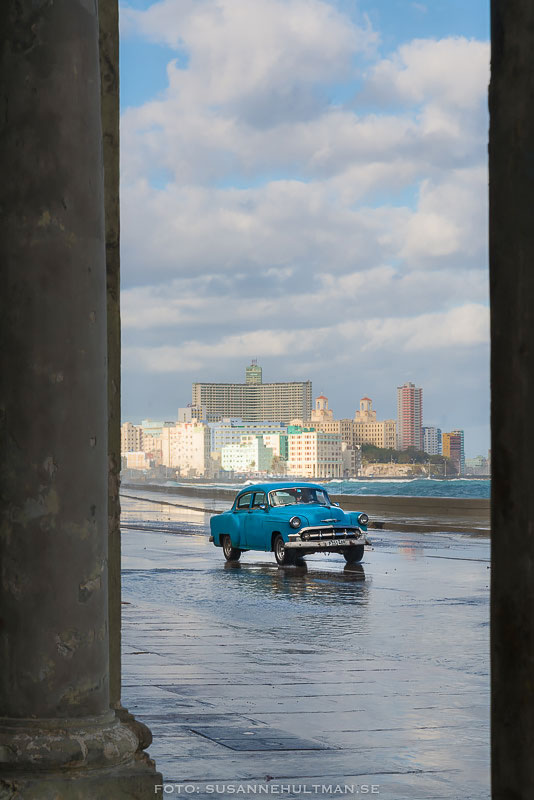 Blå bil på Malecón
