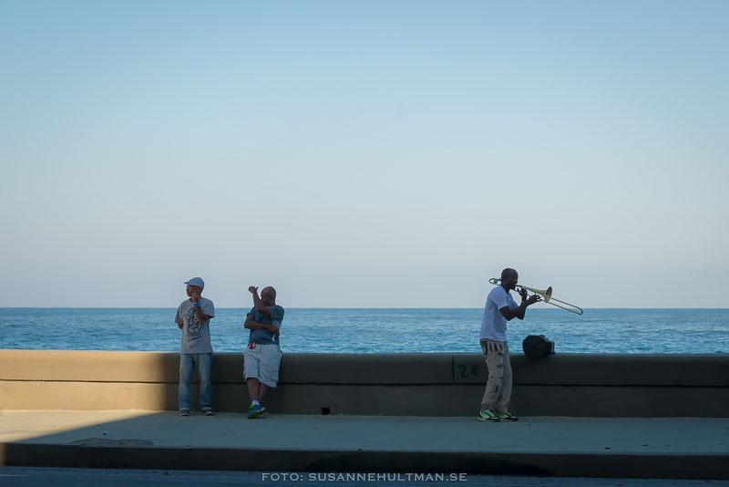Trombonist och två män vid Malecón